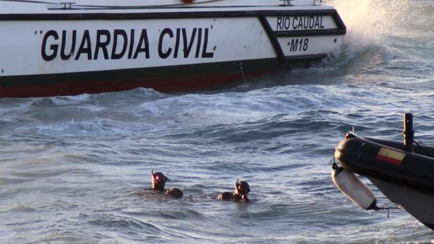 La Guardia Civil saca del agua el cuerpo del inmigrante subsahariano que falleció ahogado