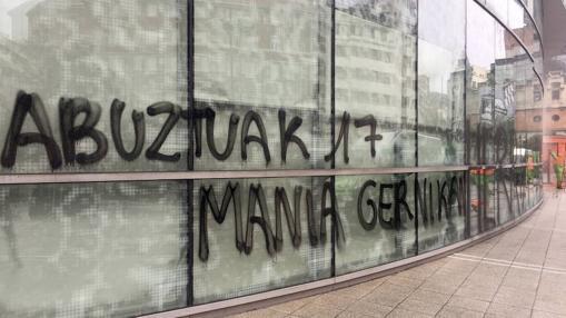 Las pintadas que un grupo de desconocidos realizó ayer en la sede de la Agencia Vasca de Turismo en Bilbao