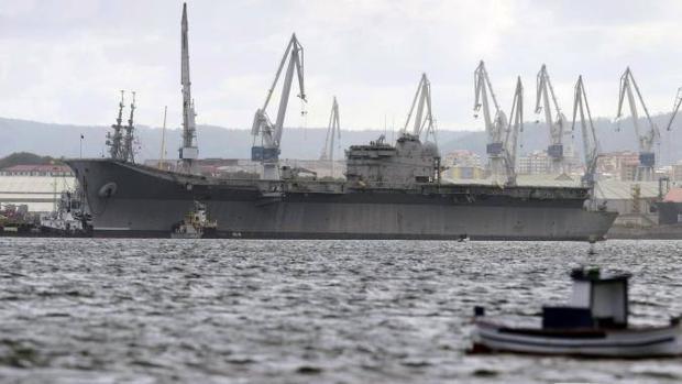 El portaaviones Príncipe de Asturias es remolcado en Ferrol