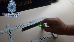 Identificados dos británicos que deslumbraban a pilotos de aviones con un puntero láser en Málaga