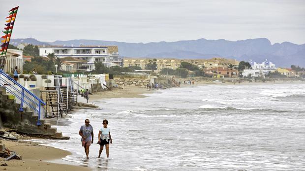 Imagen del estado de una playa de Denia, Alicante, tras la tormenta