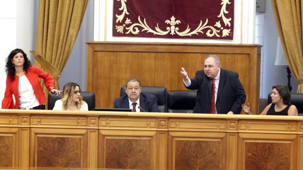 Una de las discusiones del pleno entre Vicente Tirado y Jesús Fernández Vaquero