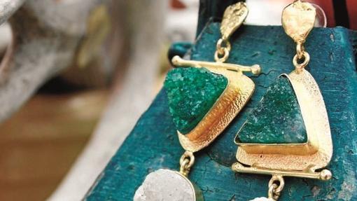 Pendientes con tonos verdosos expuestos en Acus