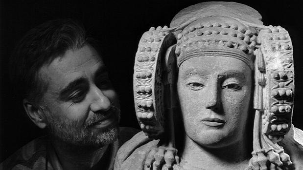 Autorretrato junto a la famosa escultura, la Dama de Elche