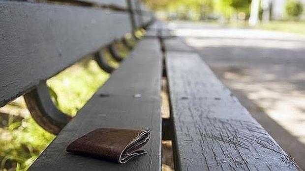 No es habitual que alguien devuelva una cartera olvidada y repleta de dinero