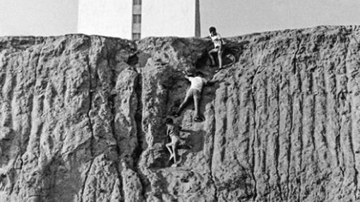 Varios niños escalan un muro en una de las fotografías