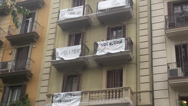 Detalle de la fachada de la finca de la calle Entença