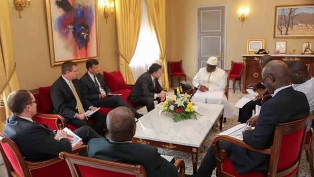 El consejero delegado de Kosmos, Andrew Inglis, en una reunión con el presidente de Senegal