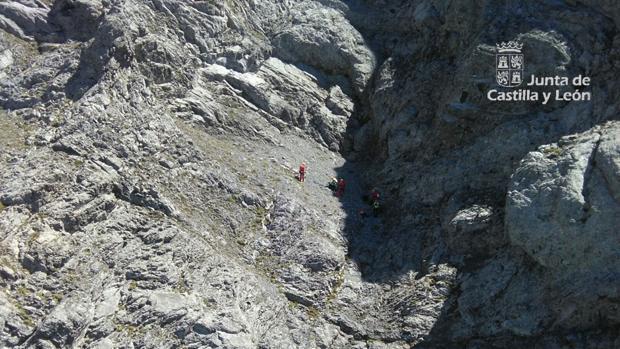 El Grupo de Rescate de Protección Civil junto con el montañero fallecido
