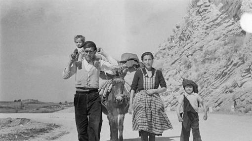 Una familia posa dentro de la serie de paisajes, pueblos y gentes