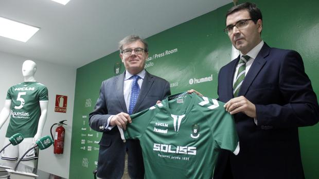 Miguel Ángel Collado y Fernando Collado posan con la elástica verdiblanca