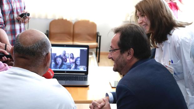 Un paciente habla con sus familiares en Bolivia, en presencia del director de Humanización de la asistencia sanitaria, Fernando Prados