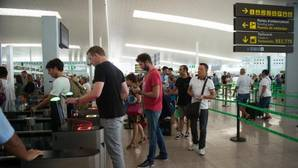 Colas en los controles del aeropuerto de El Prat, ayer viernes
