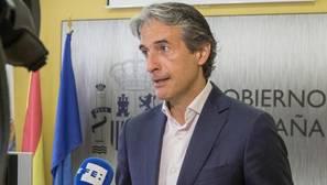 El ministro De la Serna, hoy, atendiendo a la agencia de noticias Efe