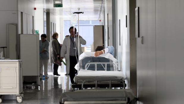 Los pacientes aguardan en los pasillos de los hospitales regionales a la espera de ser atendidos.