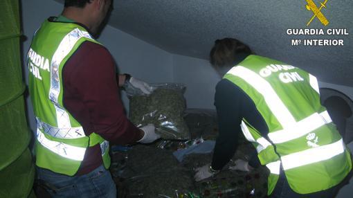 Imagen de los agentes en la casa de Onil donde tenían más droga