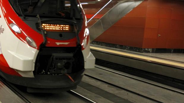 Un tren de Renfe entrando en una estación