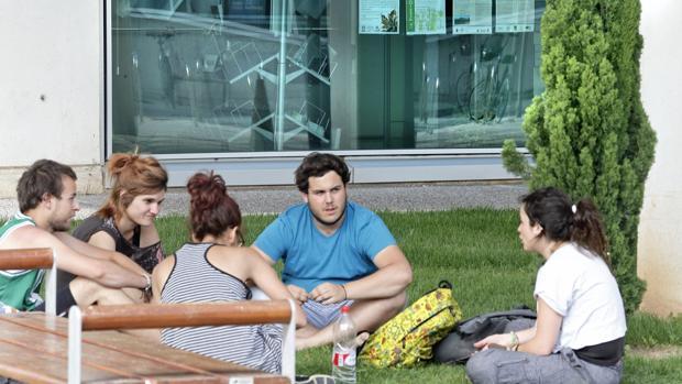 Imagen de un grupo de jóvenes en la Universidad de Valencia