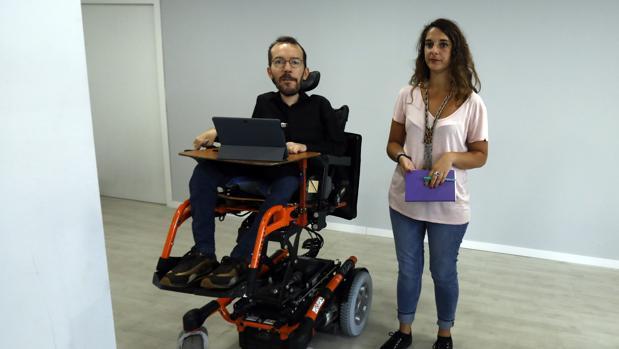 Pablo Echenique en la sede de Podemos
