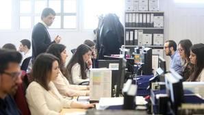 Jóvenes trabajando en una ofiina gallega