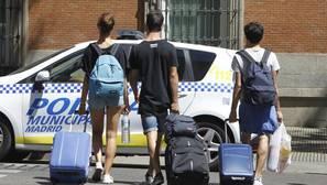 Turistas portando sus maletas en una calle de Madrid