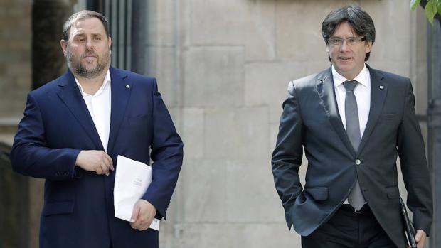 Carles Puigdemont, presidente de la Generalitat, junto a su segundo, Oriol Junqueras