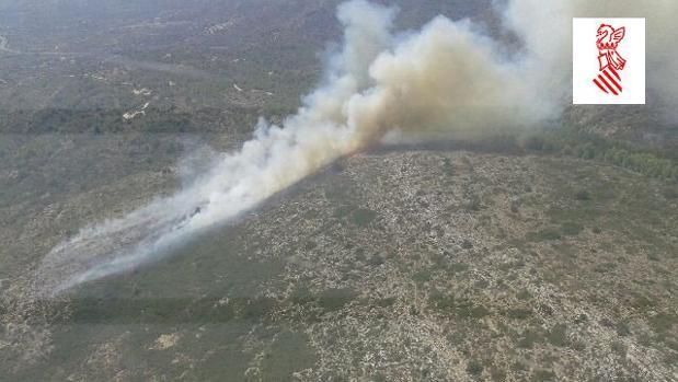 Imagen del incendio que afecta a una zona entre Teulada y Benissa