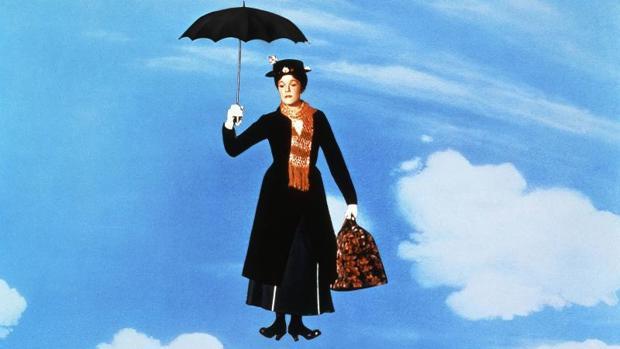 Julia Andrews descendiendo del cielo en una de las escenas de la emblemática película Mary Poppins