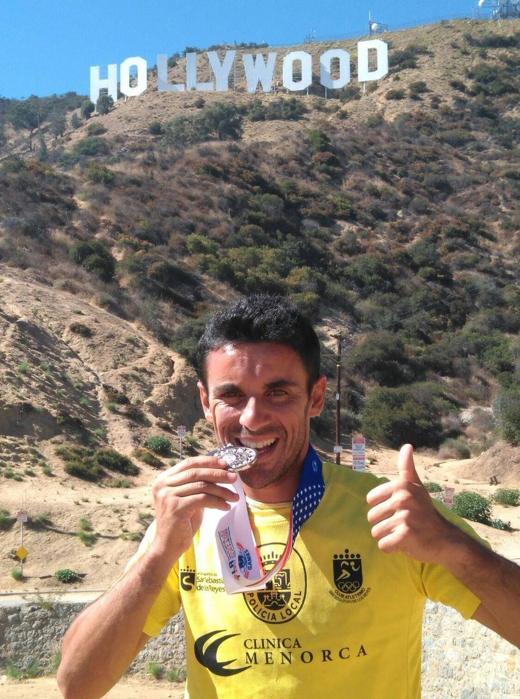 Alejandro Jiménez posa con su medalla y junto al famoso letrero del Monte Lee