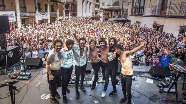 Miembros de Sidonie, junto a varios artistas invitados en el concierto sorpresa de este domingo
