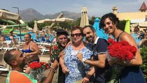 Frente a la «turismofobia», flores y abrazos a los turistas en una cadena hotelera alicantina