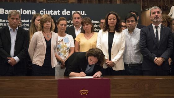 La alcaldesa de Barcelona, Ada Colau, firma en el libro de condolencias