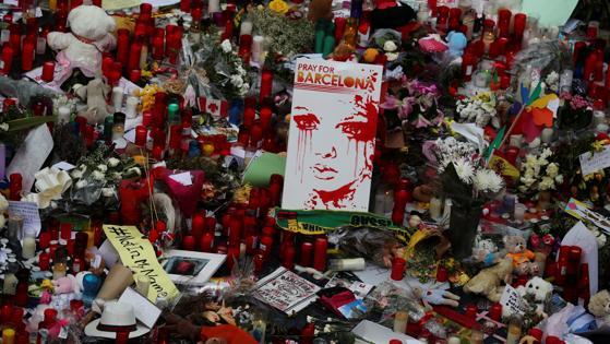 La Rambla de Barcelona se ha llenado de flores y velas en recuerdo de las víctimas