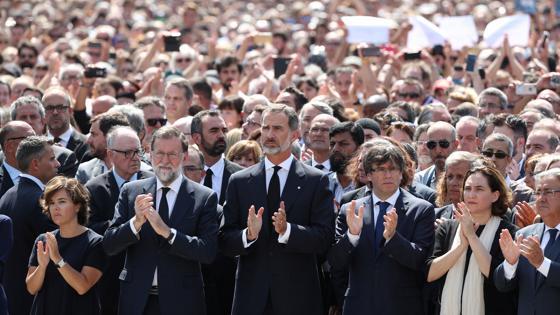El Rey con el resto de autoridades aplauden tras el minuto de silencio