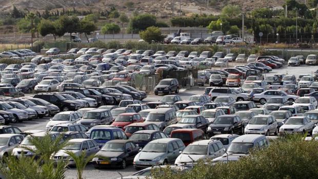 Coches de alquiler en un estacionamiento proximo al acceso al aeropuerto de Alicante-Elche