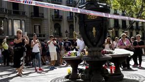 La fuente de Canaletas llena de recordatorios por las víctimas