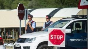 Control de los Mossos a la entrada de Ripoll, el pueblo donde se forjó la célula yihadista