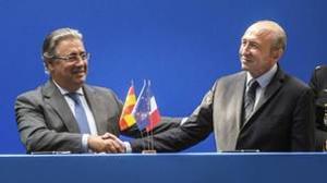Juan Ignacio Zoido, ministro del Interior, junto a su homólogo francés