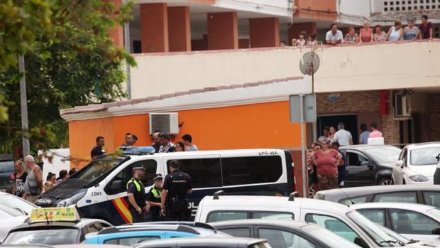 Vecinos y agentes de la Policía Nacional en la zona de la barriada de El Saladillo de Algeciras