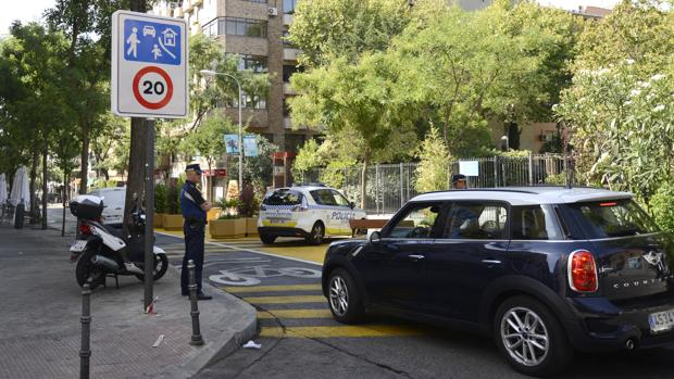 Un coche entra a la calle de Galileo, con la nueva señalización