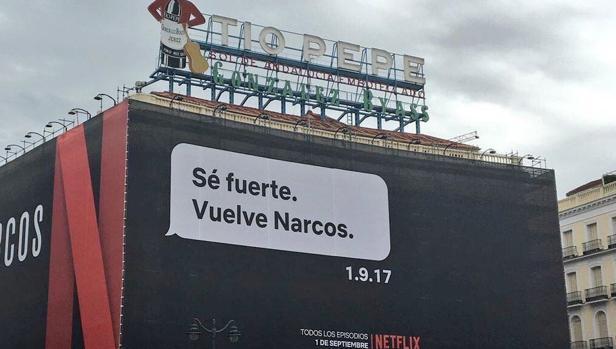 Cartel que publicita la nueva temporada de la serie «Narcos», en la madrileña Puerta del Sol
