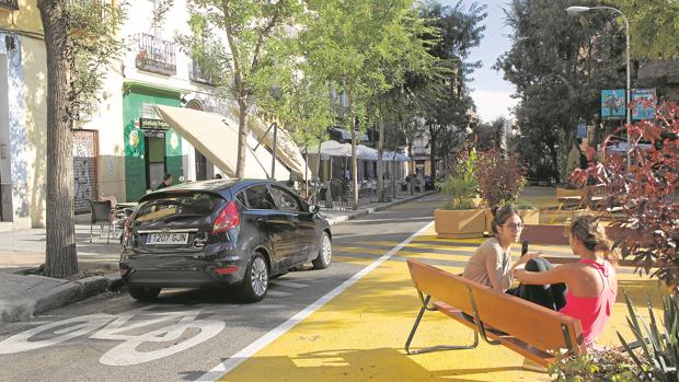 Un coche circula por la calle de Galileo, ayer, junto a la zona peatonal