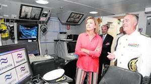 La ministra de Defensa, María Dolores de Cospedal, ayer en el buque «Cantabria» junto al contralmirante Javier Moreno