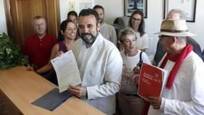 Blanco, en el centro, registra su precandidatura en la sede regional del PSOE en Toledo este martes
