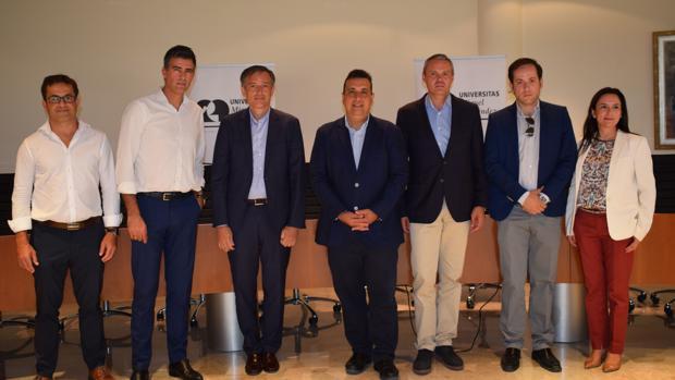 Directivos de las empresas del grupo de Hidraqua y representantes de la UMH, en el acto de la firma del convenio