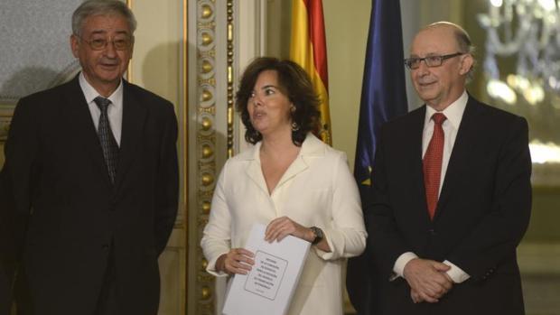 Sáenz de Santamaría y Cristobal Montoro con los informes sobre financiación