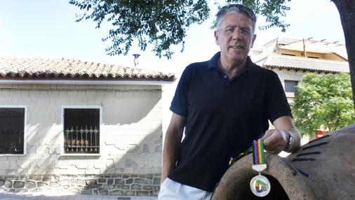 González posa con la medalla de plata conseguida en la prueba de 1.500 metros del Mundial de Roma de 1987