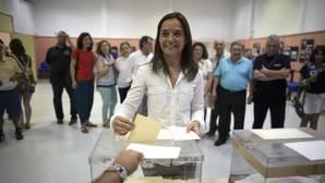 Sara Hernández, votando en la agrupación socialista de Getafe