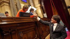 Carme Forcadell saluda a Carles Puigdemont