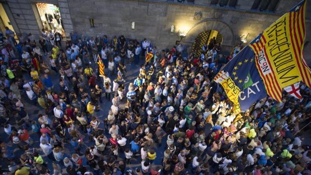 Convocados por la CUP, decenas de personas presionan a los ayuntamientos para que colaboren con el 1-O, ayer